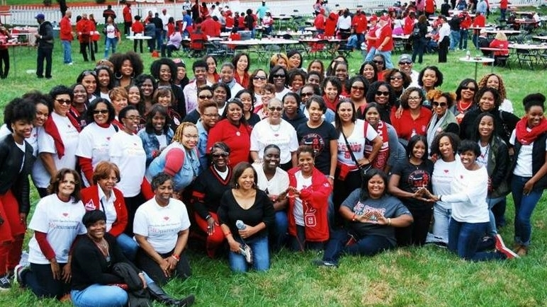 Mu Omicron alumnae posing for a picture at homecoming in 2015